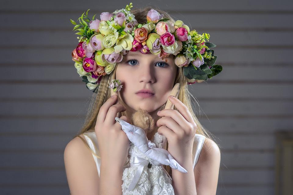 花冠をつけた女の子