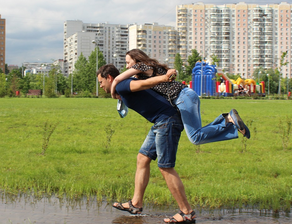 公園で遊ぶカップル