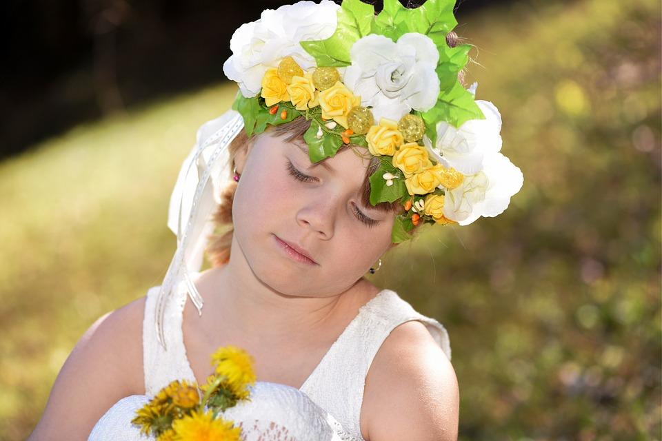 花冠をかぶった少女