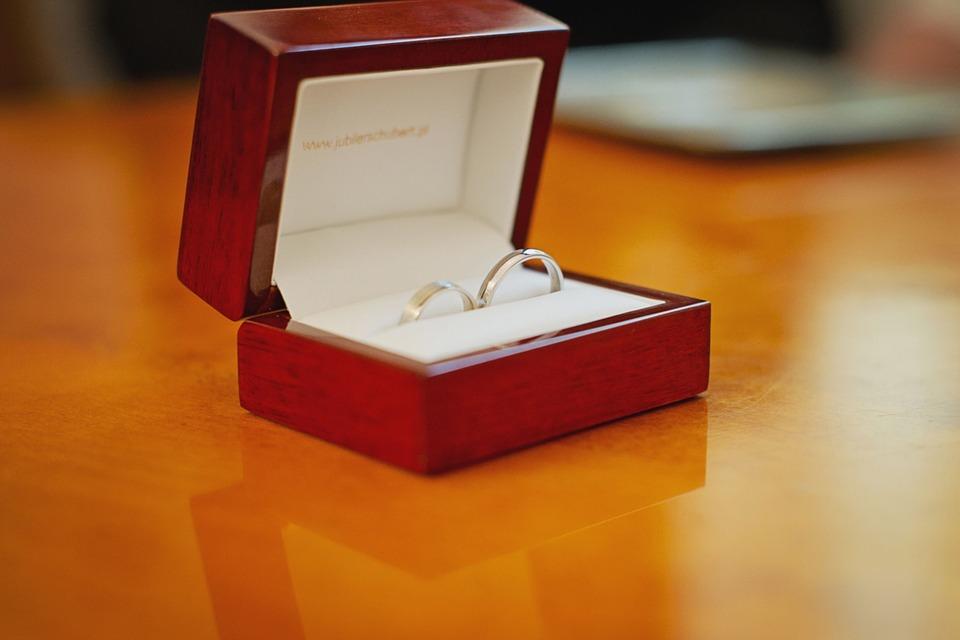 箱に入った結婚指輪