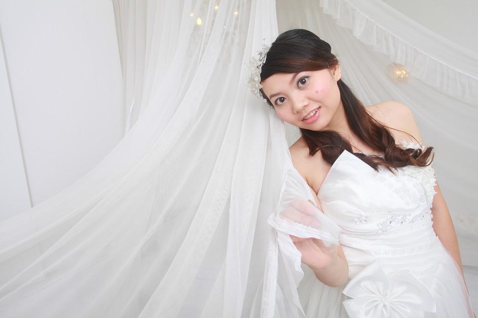 ウェディングドレスを着たアジアの女性