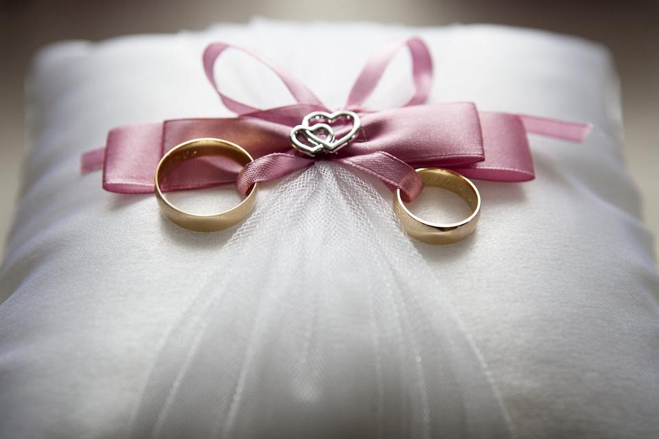 リングピローに乗った結婚指輪