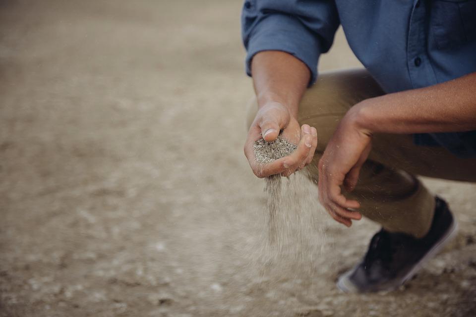砂を触る男性