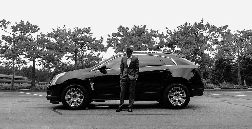 モノクロの新郎と車