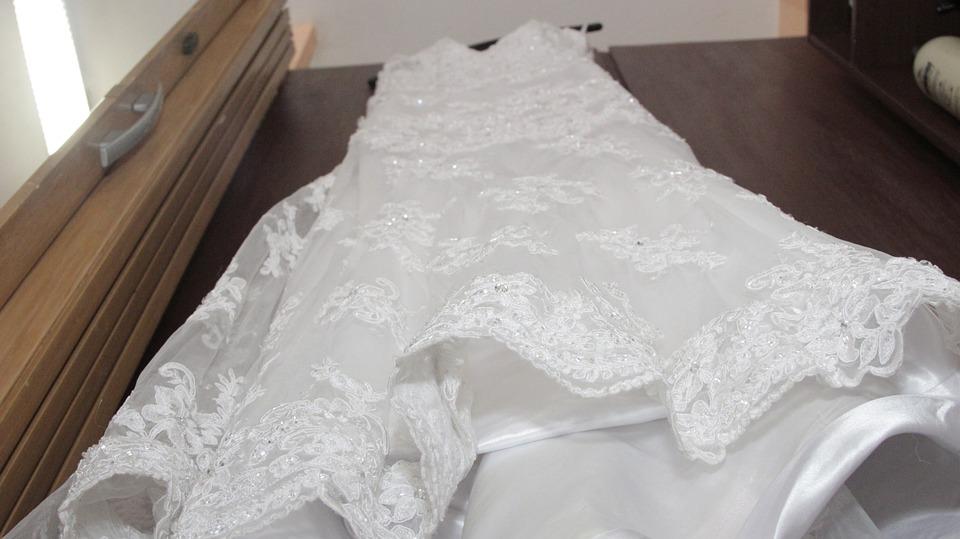 壁にかけられたウェディングドレス