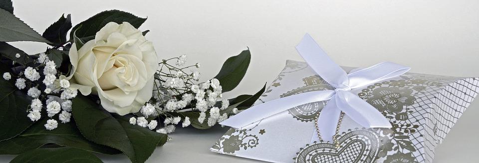 白いバラとリング