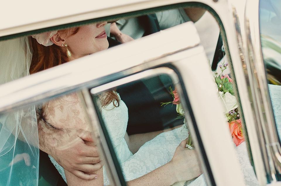 リムジンに乗る花嫁