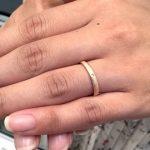 結婚指輪をする女性